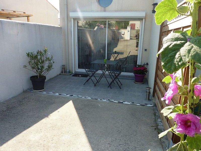 independent studio, coastal village 15 minutes fr, location de vacances à Longèves