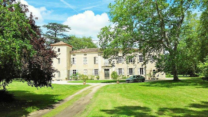 Gite 6 pers. dans le parc d'un château entre Toulouse Albi et Castres., holiday rental in Soual