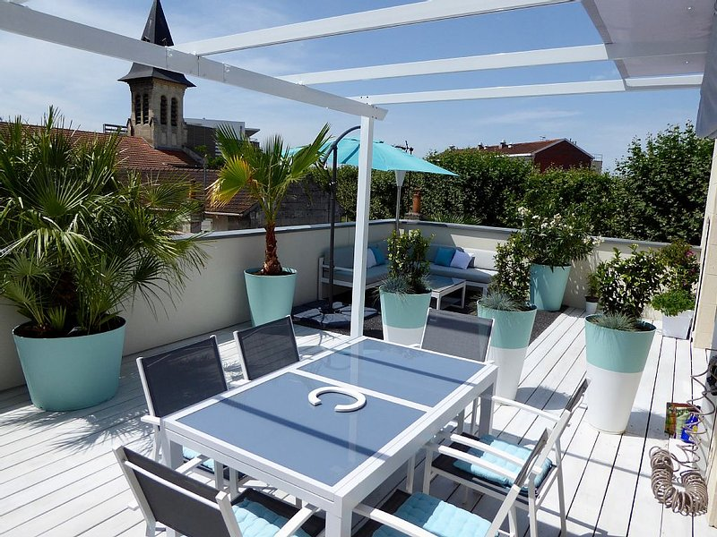 Superb 75m2 apartment, 40m2 terrace facing south, 2 ch. Near downtown, location de vacances à Bordeaux