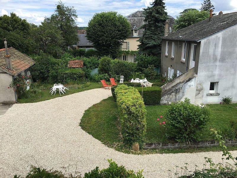 MAISON AVEC TERRASSE, COUR ET JARDIN, vacation rental in Berry