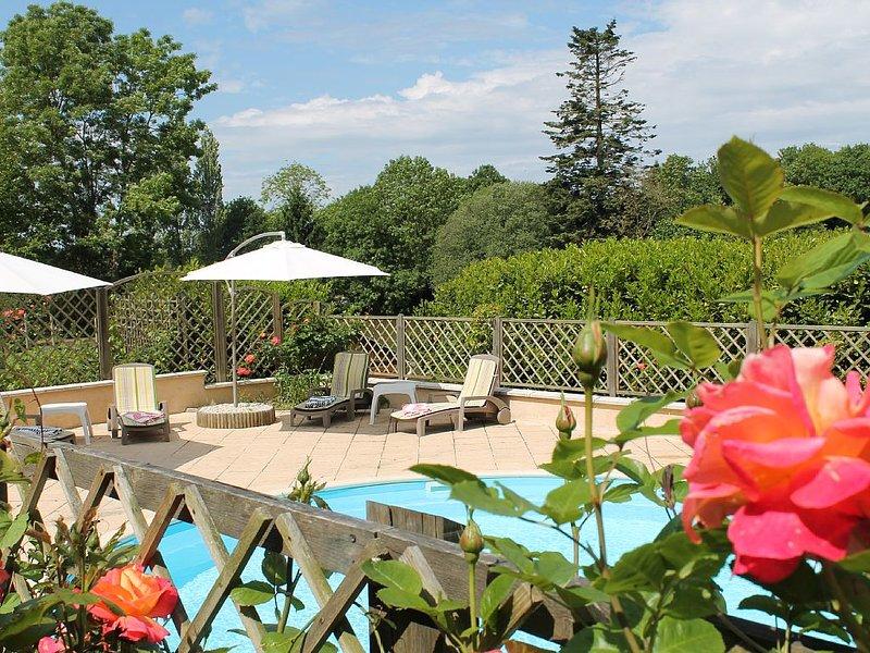 Gite de luxe  avec une lac et une piscine chauffée, holiday rental in Montournais
