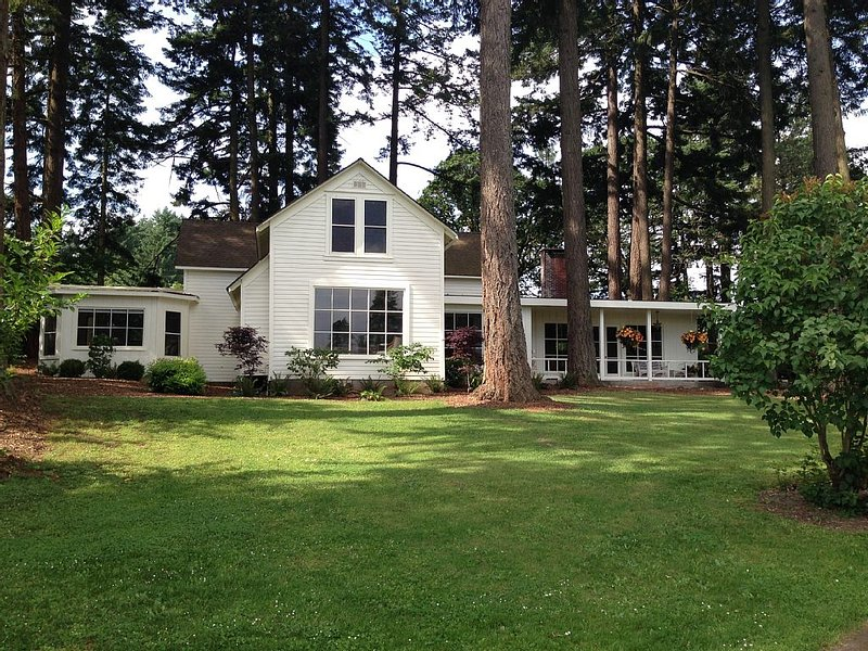 Beautifully restored farm house on 30-acre urban farm, 3.5 miles from downtown, holiday rental in Salem