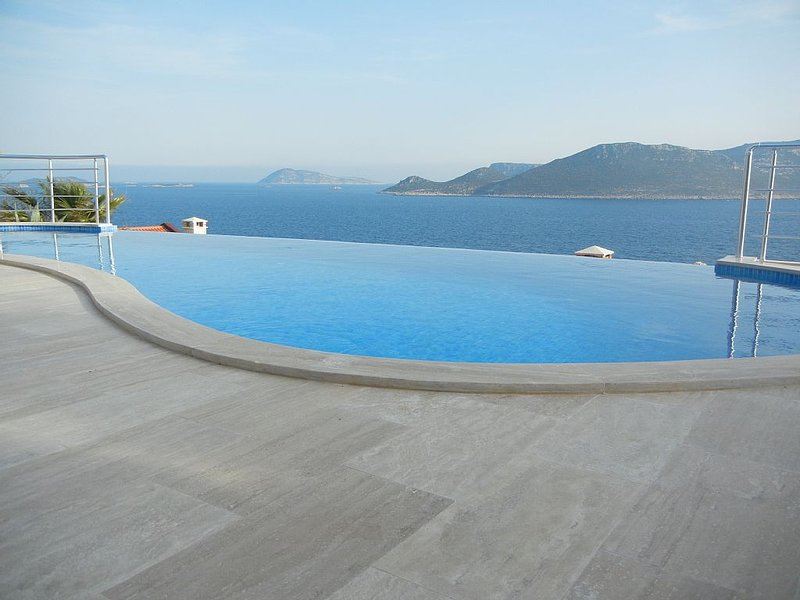 Spectacular Seaside Villa Overlooking the Mediterranean w/ Shared Infinity Pool, location de vacances à KAS