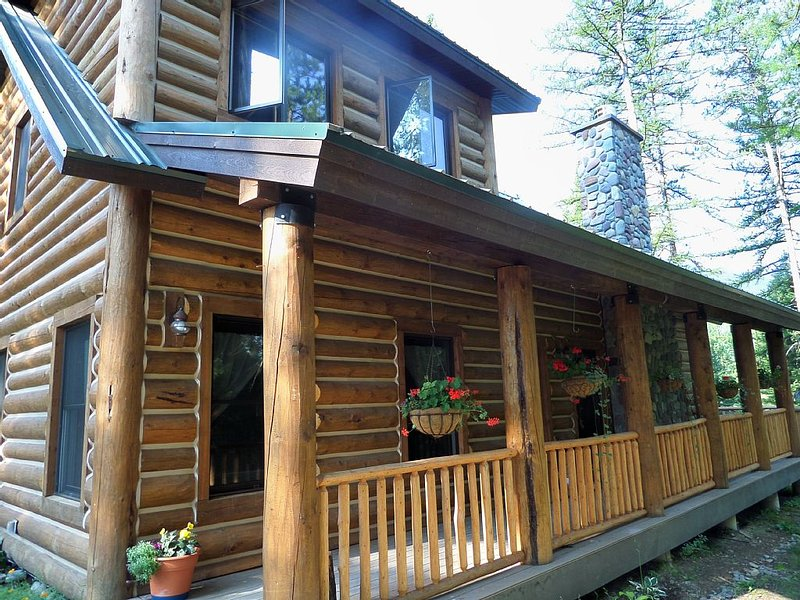 Lodge like log home on the Flathead River, casa vacanza a Coram