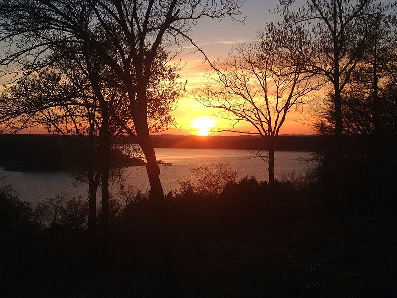 Come Watch An Amazing Sunset On Lake Norfork, And Make Lifetime Memories, vacation rental in Henderson