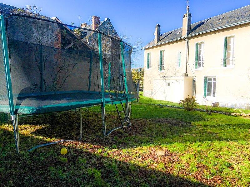 *** 4Br w/Huge Trampoline! Loire Valley Chateaux, Golf, Bike, Fine Dine, holiday rental in Champigny-en-Beauce