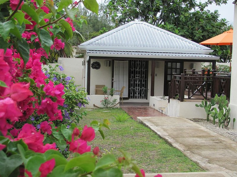 Private and secure cottage in Dover/St. Lawrence Gap, alquiler de vacaciones en Dover