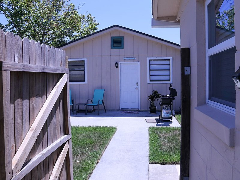 Private Beachy Guest Cottage!!, alquiler vacacional en Jacksonville Beach