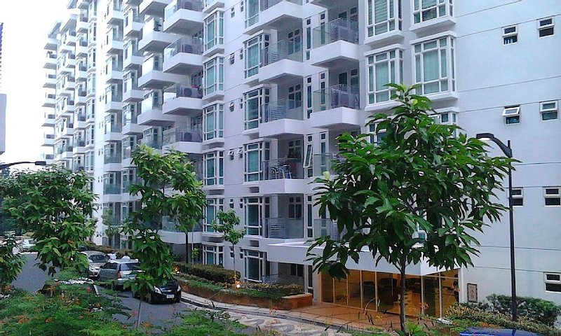 1 Br Condo Right Behind Resorts World In Newport City, holiday rental in Manila