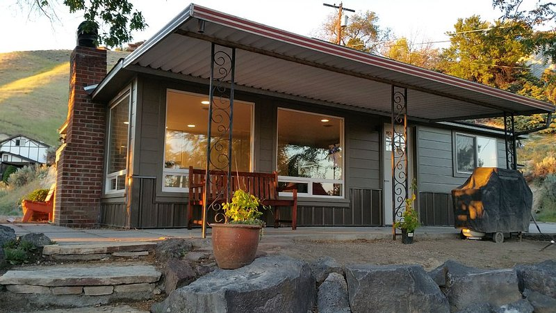 Kestrel's Perch - Boise's Hilltop Retreat, holiday rental in Horseshoe Bend