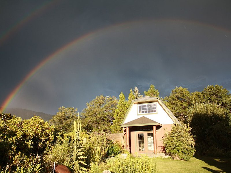 The Angel  Cottage with a sauna and amazing views, vacation rental in McCloud