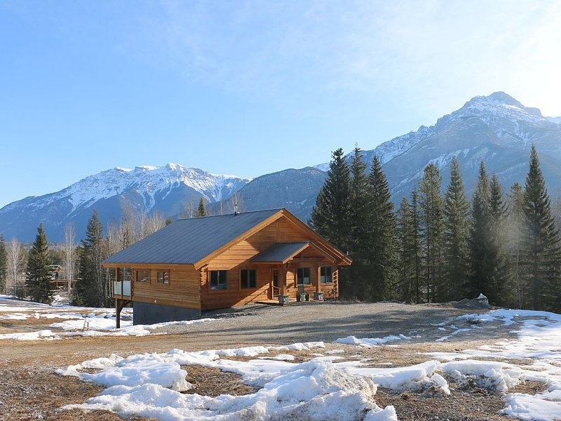Log home, Blaeberry Valley on 125 secluded acres in the Canadian Rocky Mountains, location de vacances à Golden