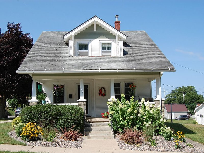 2 Bedroom Downtown Bungalow- Must see!, vacation rental in Decorah