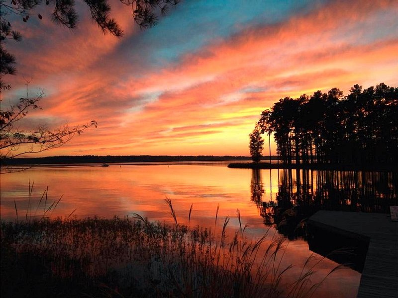 Great Location Lake Gaston Waterfront Cottage, vacation rental in Gaston
