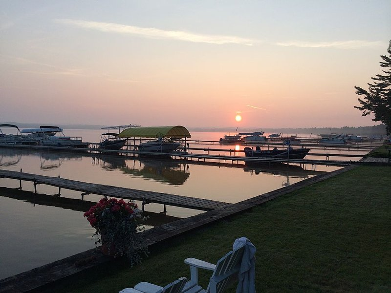 Home on the lake. Walk out your door for Swimming, boating or morning coffee., holiday rental in Mears