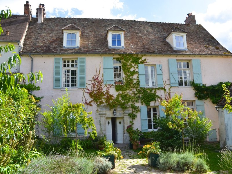Beautiful large Manor, perfect for families, close to Versailles and Paris, location de vacances à Septeuil
