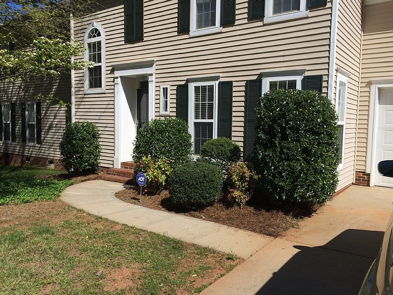 Walking distance to the charm of Main street Davidson, and a mile to Lake Norman, alquiler de vacaciones en Concord