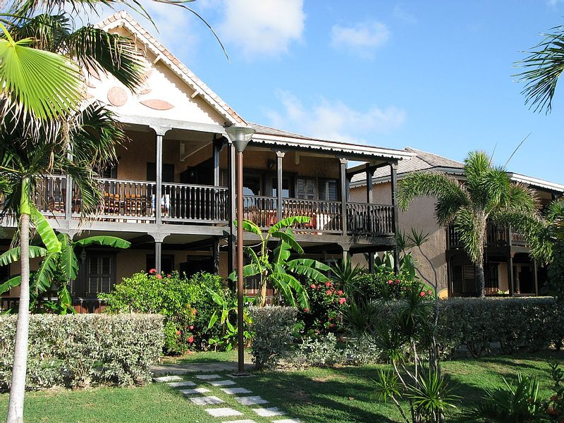 Elegant Colonial Condo with Spectacular Ocean and Marina View, alquiler de vacaciones en Oyster Pond