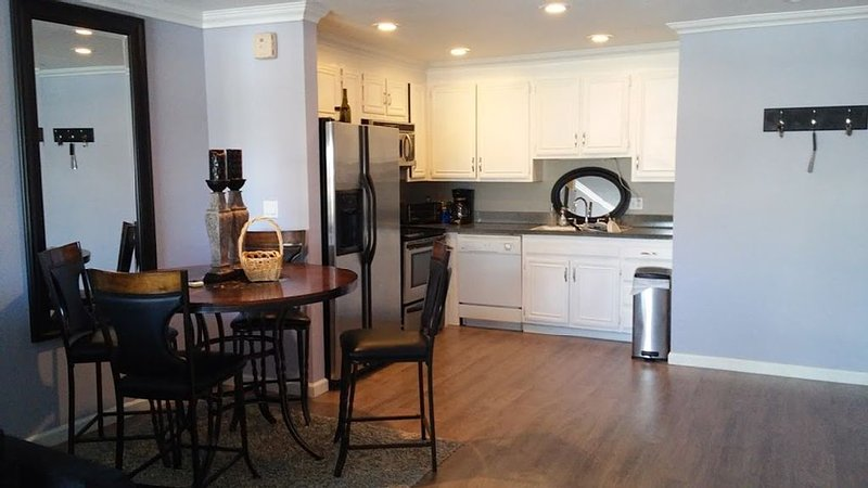 Location!! Remodeled 2 Bed Newport Beach Condo walk to the sand w/ parking, vacation rental in Newport Beach