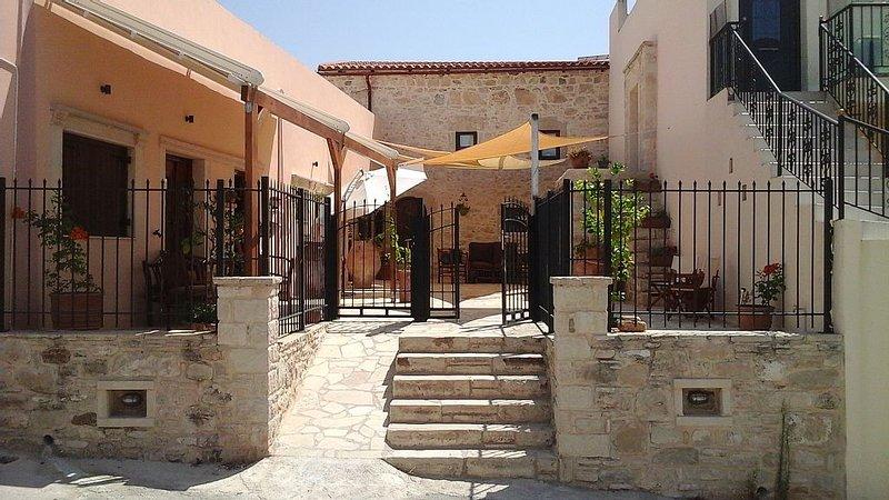 Big 2 bedroom apartment in the heart of Sivas Village, Crete., Ferienwohnung in Mires