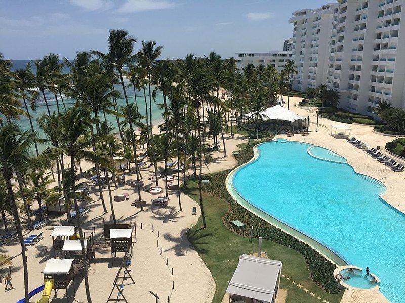 Beach front, Ocean front apartment, family friendly with full amenities, aluguéis de temporada em Juan Dolio