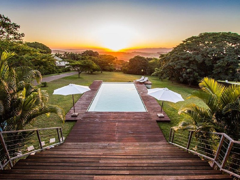 Large stunning villa near beach with rimflow swimming pool in Mtunzini, vakantiewoning in Zululand
