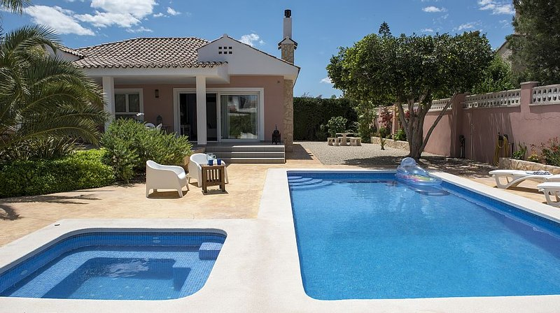 Luxury villa with pool & whirlpool, aluguéis de temporada em Rojales