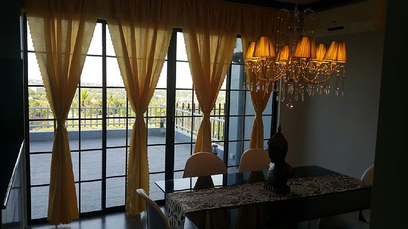 Executive Luxury Fully Furnished House Overlooking the City w/ breathtaking view, holiday rental in Talisay City