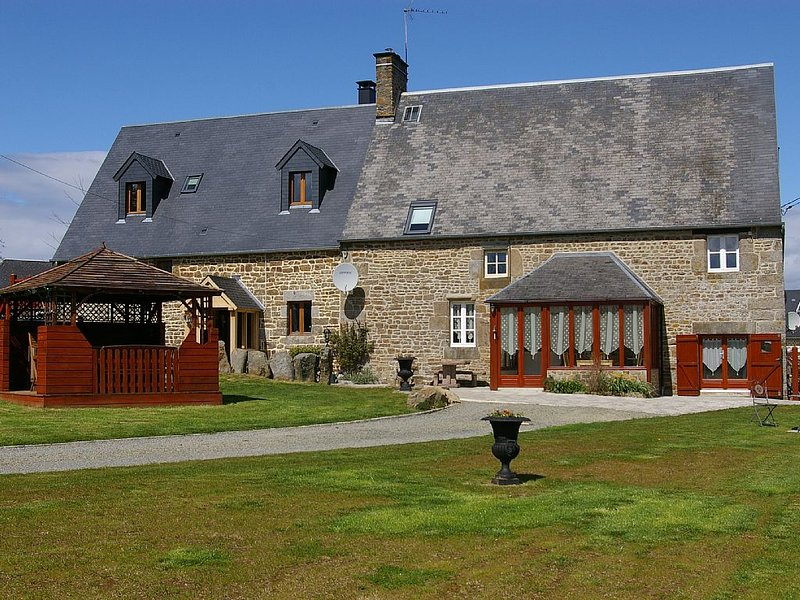 Old Farmhouse with 5 Bedrooms, location de vacances à Le Bény-Bocage