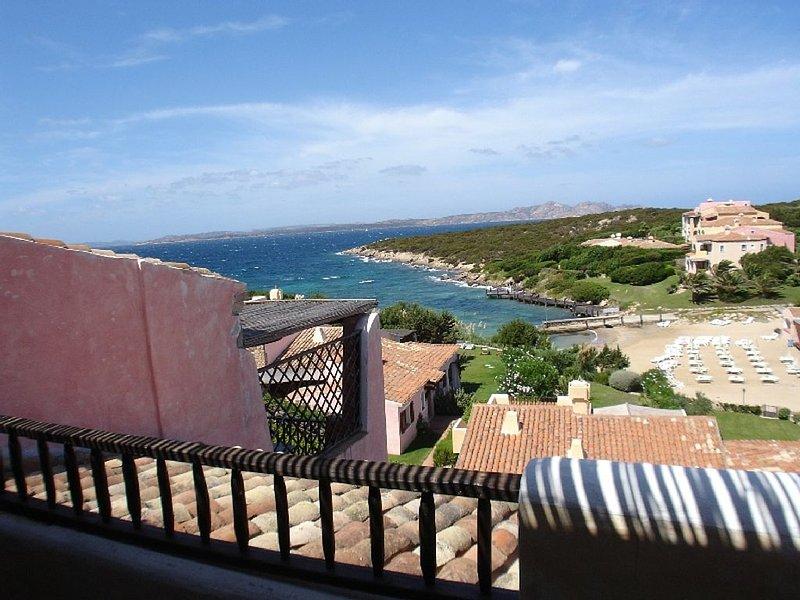 Appartamento a Cala del Faro -Porto Cervo 90 mq con 2 ampi terrraze fronte mare, vacation rental in Porto Cervo
