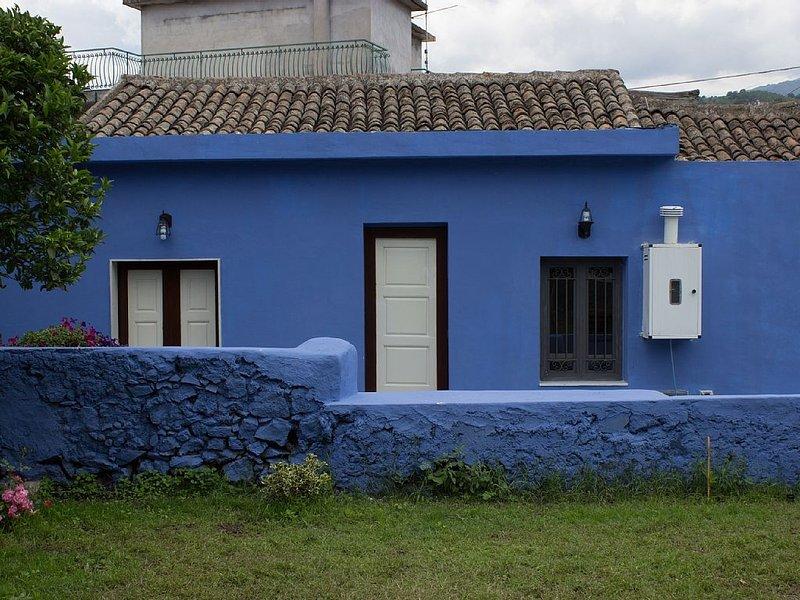 Sconto!!!Per luglio 2019. Casa singola con ampio cortile e splendido giar, vacation rental in Giarre