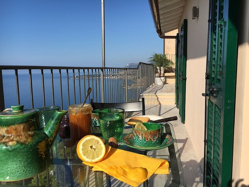House in Grimaldi. Spectacular view on the French Riviera with rooftop terrace!, holiday rental in Grimaldi