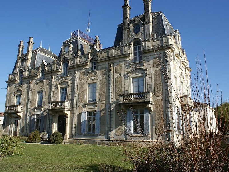 Château Saint Vincent Bazas in South Gironde, near Sauternes and the Landes., holiday rental in Noaillan