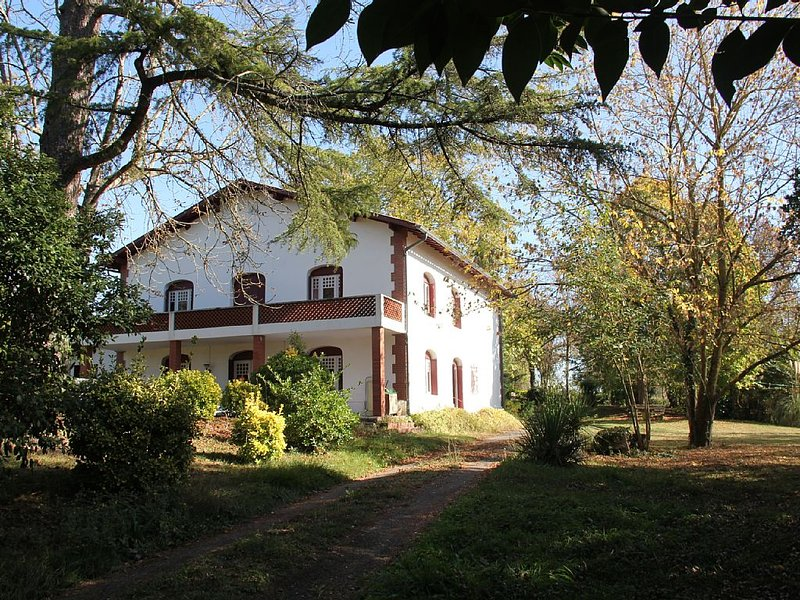 (Text automatically translated) Mansion of an old farm, cottage in France, quie, location de vacances à Mauvezin