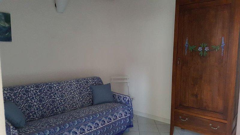Tipica casa bosana ristrutturata su tre livelli, holiday rental in Bosa Marina