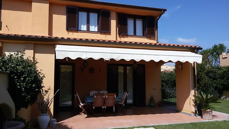 Villa in maremma al mare in splendido residence con parco piscina e altro ancora, vacation rental in Montalto di Castro