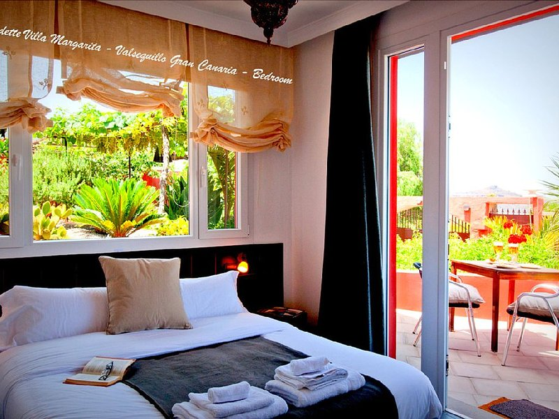 Luxury Villa Sleeps 8 + 4 Bed Air Contioning / 6 Bathroom Countryside, holiday rental in Valsequillo
