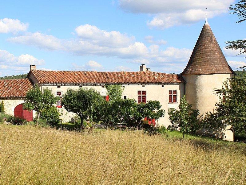 Großzügig und stilvoll Wohnen auf Landgut mit 30 ha Grund und großem Schwimmbad, vacation rental in Saint-Martin-de-Ribérac