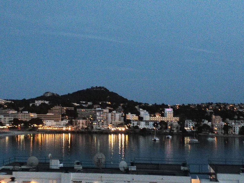 Gut gelegenes, geräumiges Apartment mit Meerblick über  Bucht von Santa Ponsa, alquiler de vacaciones en Palmanova