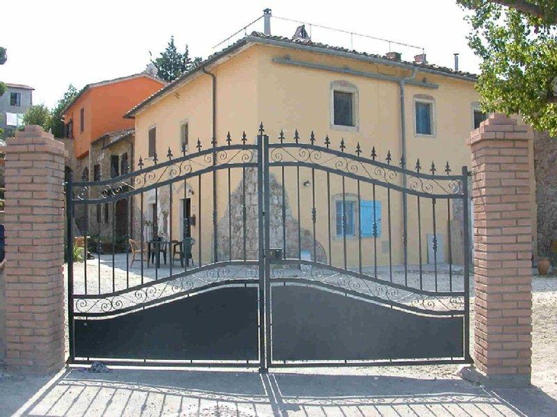 Altes Bauernhaus mit großer Dachterrasse und Blick aufs Meer, holiday rental in Castellina Marittima