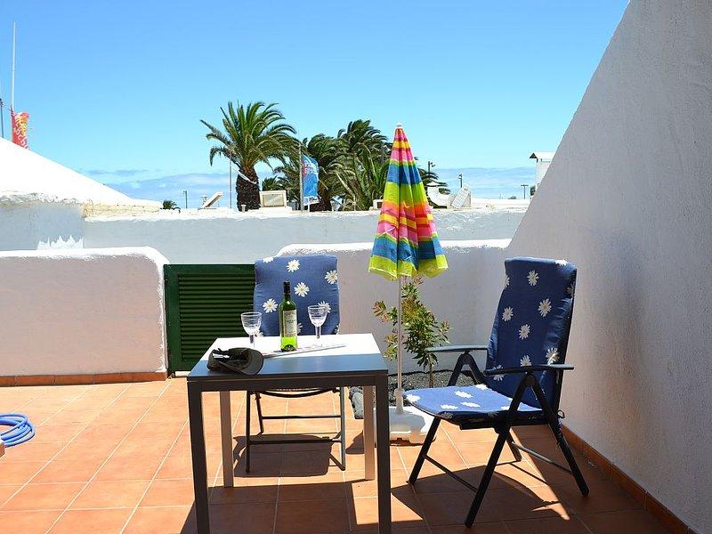 Helles, freundliches Apartments nur wenige Meter vom Strand, holiday rental in Costa Teguise