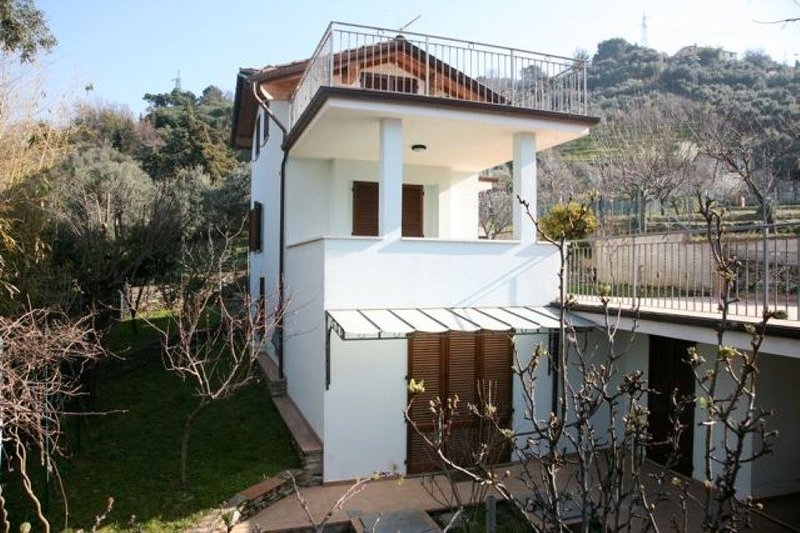 Neu schöne Villa, nah am Sandstrand. Große Terrasse. Garten., holiday rental in Pietrasanta