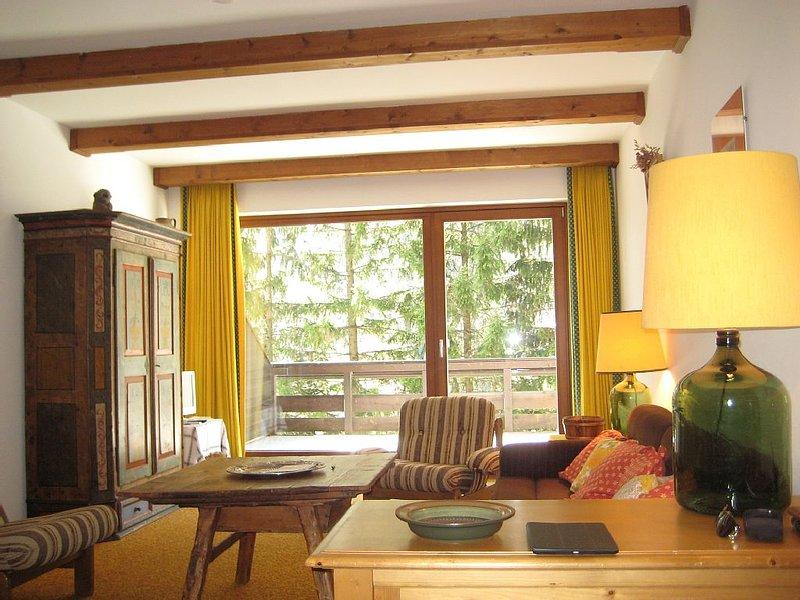 Sala de estar con vista al balcón.