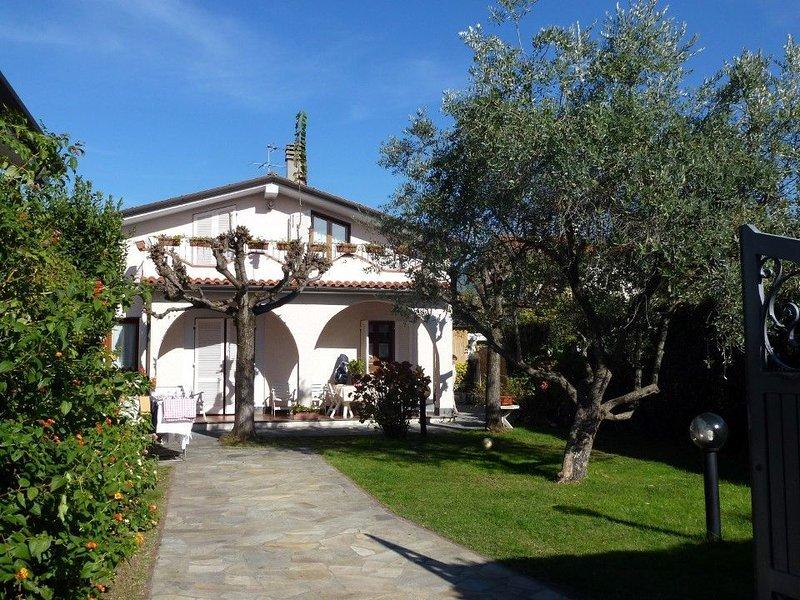 Schöne Villa für 9 Personen mit gepflegtem Garten. Gute Ausstattung., location de vacances à Forte Dei Marmi