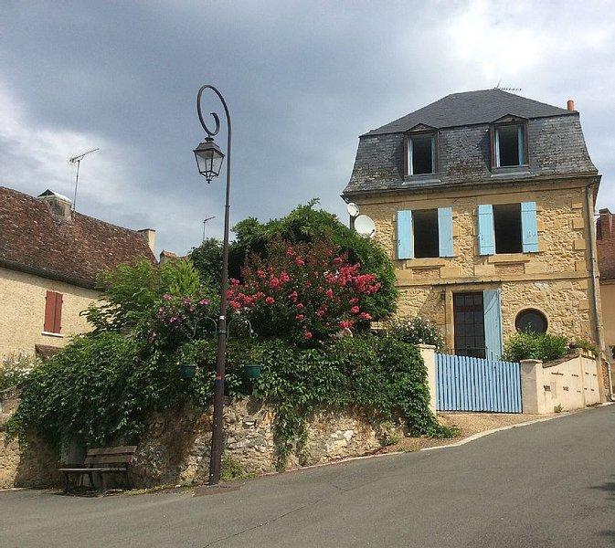 Stunning French Stone House With Fantastic River Views. Quiet location., location de vacances à Lanquais