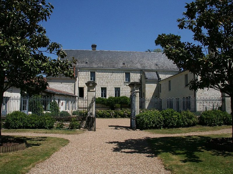 Cottage, 4 bedrooms up to 10, pool, in a XVIIth C Castle in the Loire Valley, holiday rental in Les Trois-Moutiers