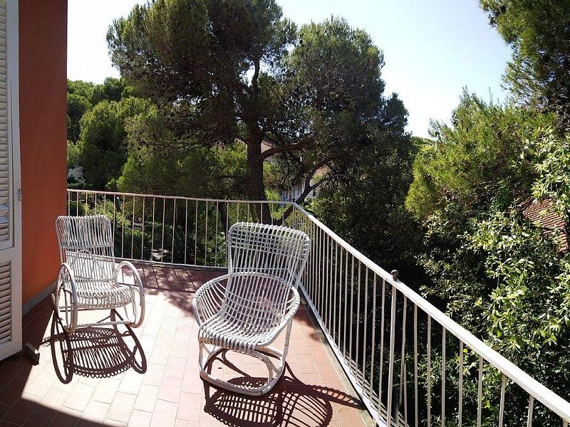 Villa immersa nel verde a 300 mt dal mare, vacation rental in Castiglioncello