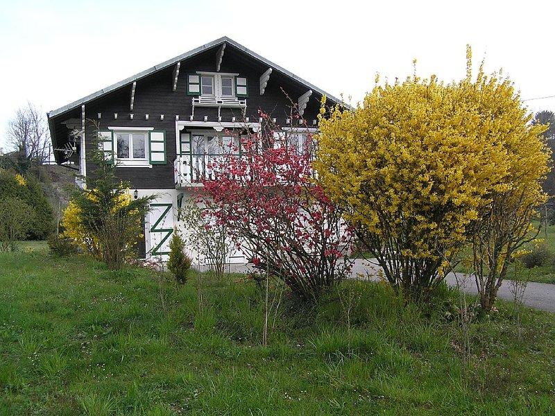 Pour curistes ou touristes loue  chalet à la campagne, casa vacanza a Montcel