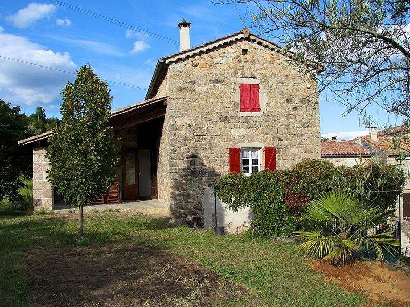 Très belle maison non-mitoyenne dans un village de caractère., vacation rental in Les Salelles