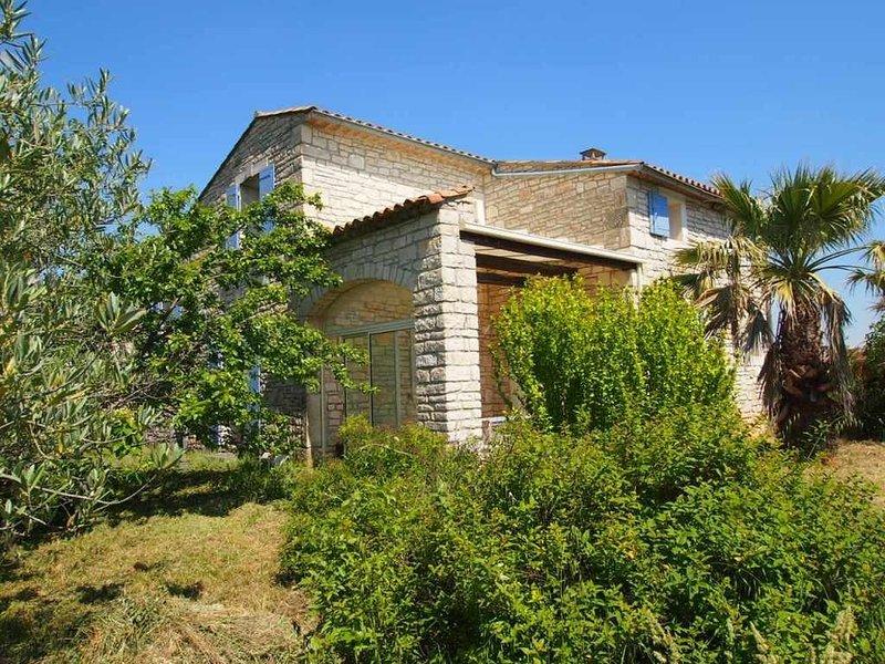 Maison provençale, 8 per. avec piscine prés des gorges de l'ardèche, holiday rental in Issirac